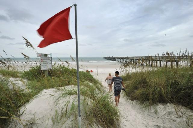 Un drapeau rouge sur une plage de Jacksonville,... (AP)