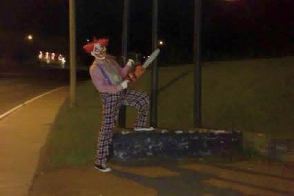 Cette photographie, où l'on voit le clown armé... (Photo tirée d'Internet)