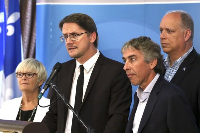 Le chef intérimaire du PQ, Sylvain Gaudreault, accompagné... (Patrick Woodbury, LeDroit)