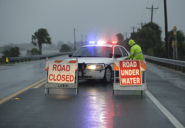 Les policiers ont bloqué certaines routes en prévision... (AP, John Raoux)