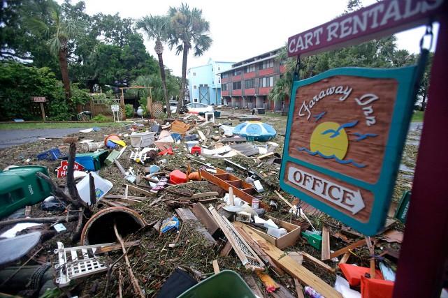 Des débris bloquent l'accès à une rue de... (Photo John Raoux, AP)