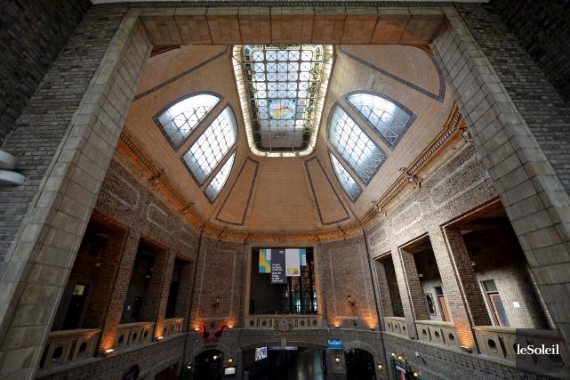 Les galeries qui ceinturent le hall, la brique... (Le Soleil, Erick Labbé)