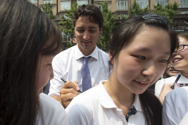 La vedette Justin Trudeau a signé les chandails... (La Presse Canadienne, Adrian Wyld)