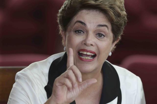 Officiellement destituée mercredi, l'ex-présidente Dilma Rousseff a annoncé... (AP, Eraldo Peres)