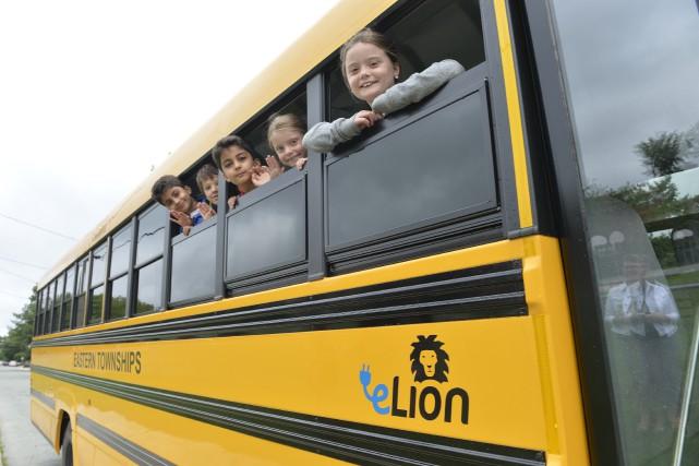 Un autobus scolaire électrique sillonne maintenant les rues... (Spectre Média, Maxime Picard)