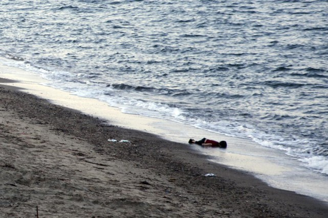 Le petit Alan Kurdi, trouvé mort sur une... (Archives Associated Press)