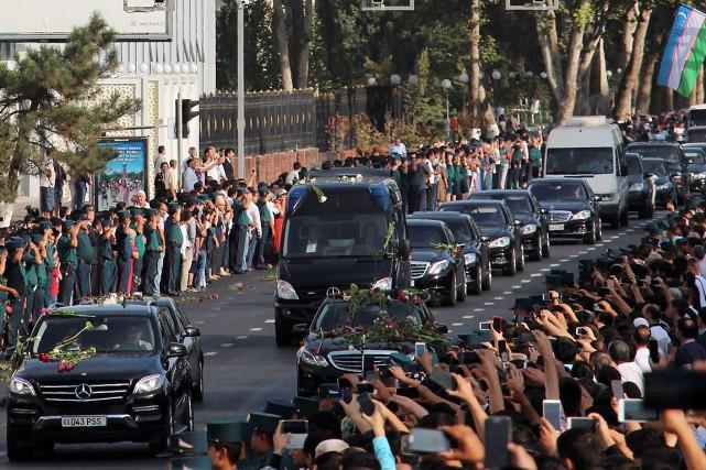 Des partisans du président Islam Karimov s'étaient massés... (Photo Muhammadsharif Mamatkulov, REUTERS)