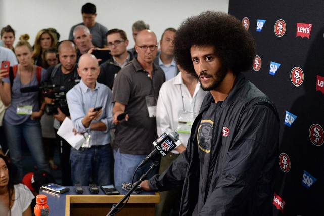 Colin Kaepernick a refusé de se lever pendant l'hymne... (Photo Jake Roth, USA TODAY)