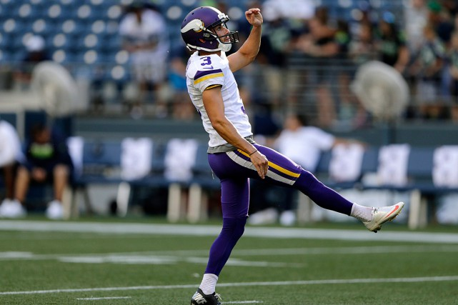 Blair Walsh des Vikings observe le ballon après... (Photo John Froschauer, archives AP)