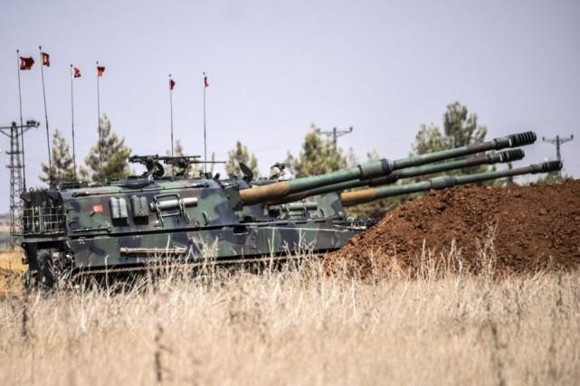 Les chars sont entrés dans le village d'Al-Raidepuis... (PHOTO BULENT KILIC, AFP)