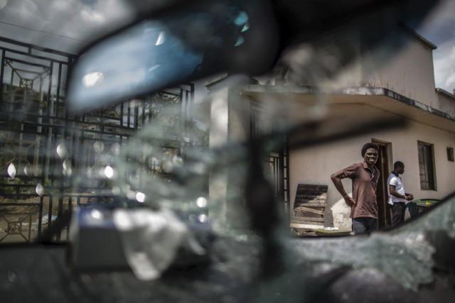 Une voiture a vu son pare-brise fracassé lors... (PHOTO MARCO LONGARI, AFP)