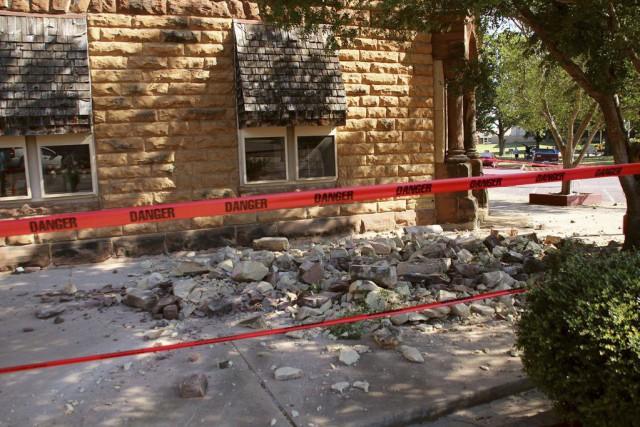 Des pierres tombées d'un immeuble touché par le... (Photo Lenzy Krehbiel-Burton, REUTERS)