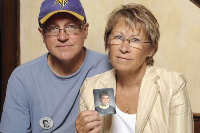 Patty et Jerry Wetterling montre une photo de... (AP)
