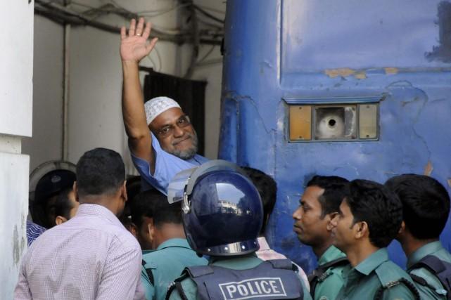 Mir Quasem Ali (levant le bras).... (Photo AFP)