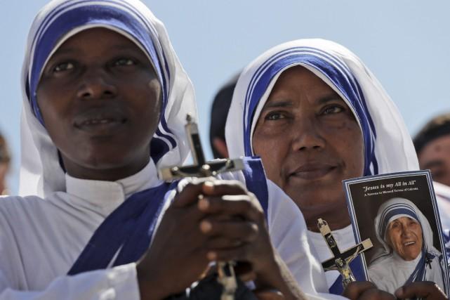 Des missionnnaires de la Charité tiennent une photo... (AP, Alessandra Tarantino)