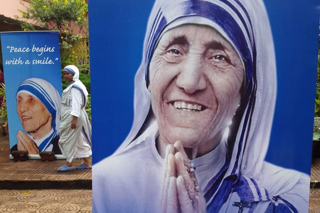 Des portraits de Mère Teresa, en Inde.... (Photo AFP)
