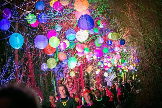 Objets de couleurs fluo, bulles, musique, confettis, poudres... (Photo courtoisie)