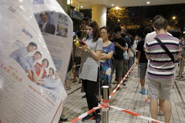 Des électeurs font la file dans un bureau... (PHOTO KIN CHEUNG, AP)