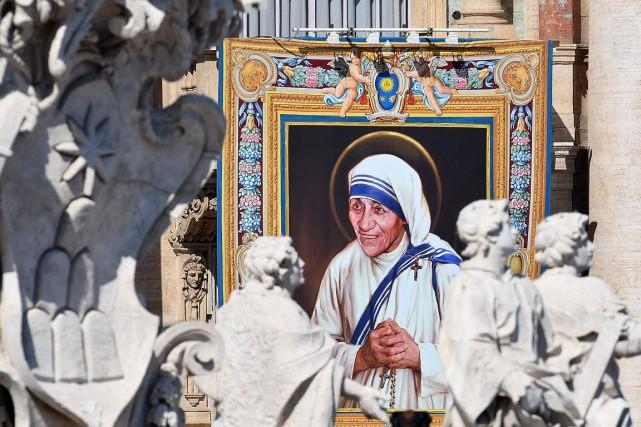 Sur la façade de la basilique Saint-Pierre, un... (Vincenzo Pinto, AFP)