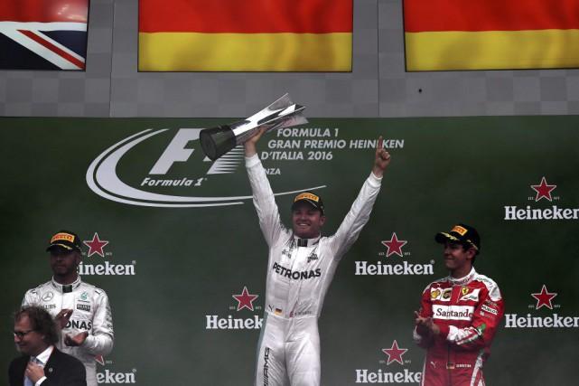 Nico Rosberg a devancé son coéquipier chez Mercedes,... (Gabriel Bouys, AFP)