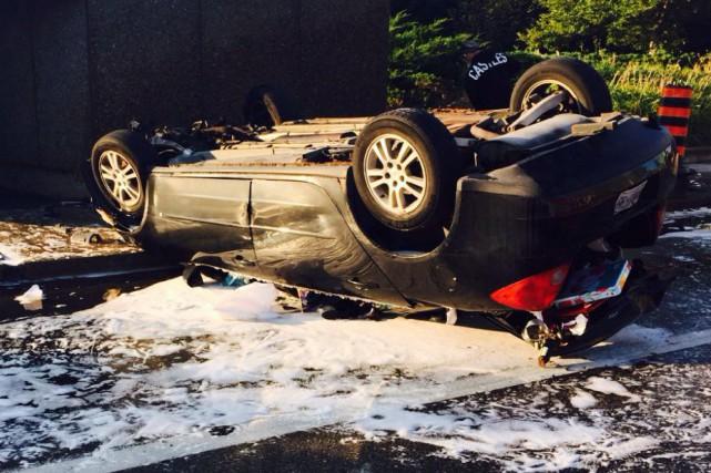 Une voiture s'est enflammée tôt dimanche matin sur le pont MacKenzie King, au... (Courtoisie, Service des paramédics d'Ottawa)