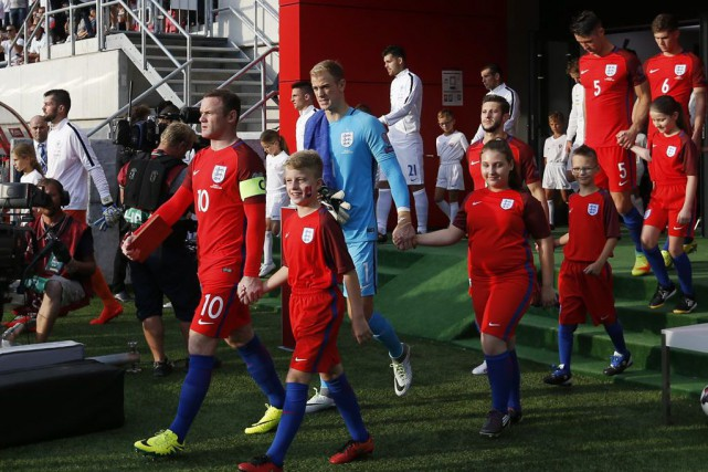 Wayne Rooney (10) mène les Three Lions sur... (PHOTO CARL RECINE, REUTERS)