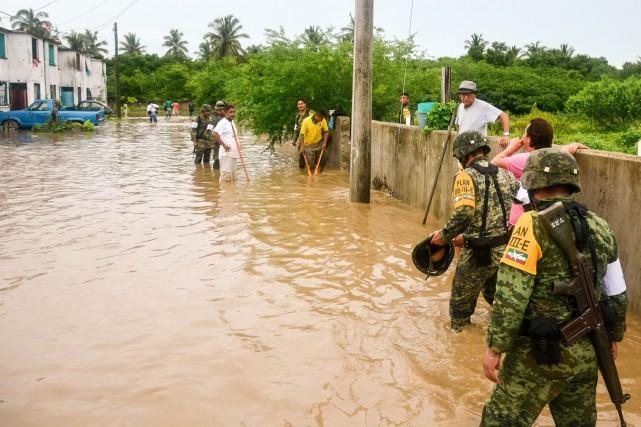 Trois personnes sont mortes dans des inondations sur la côte sud-ouest du... (Photo AFP)