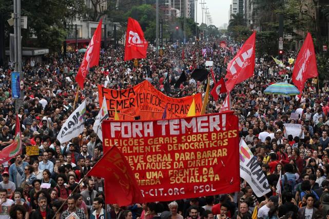 «Dehors Temer!», «Des élections maintenant!», pouvait-on lire sur... (Photo Reuters)