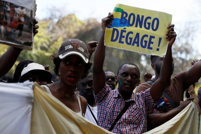 Un homme manifeste contre la réélection du président... (THOMAS SAMSON, AFP)