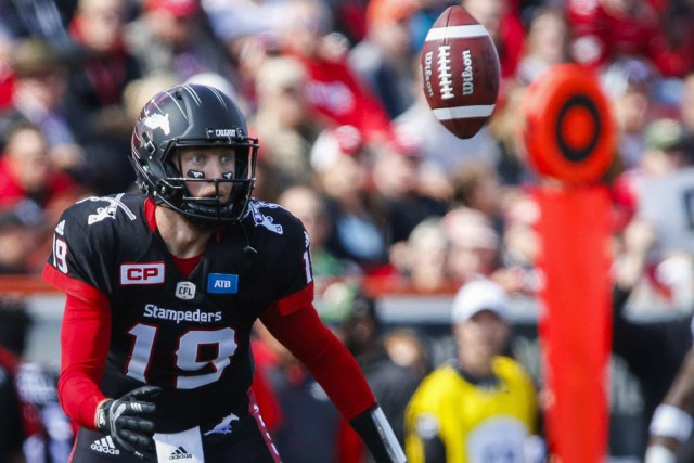 Le quart des Stampeders Bo Levi Mitchell a... (PHOTO Jeff McIntosh, PC)