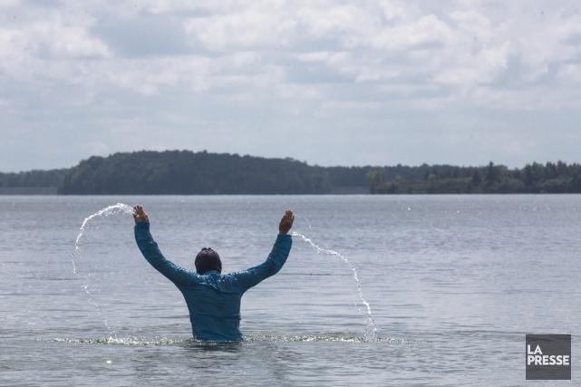 Une femme vetu d un burkini se baigne.... (Archives La Presse)