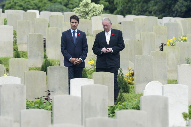 Justin Trudeau et l'historien Tony Banham au cimetière... (Photo La Presse Canadienne)