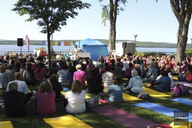 Près de 500 adeptes de yoga ont assisté... (La Tribune, Ronald Martel)