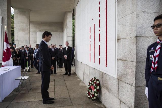 Justin Trudeau a déposé une gerbe de fleurs... (AFP, Anthony Wallace)