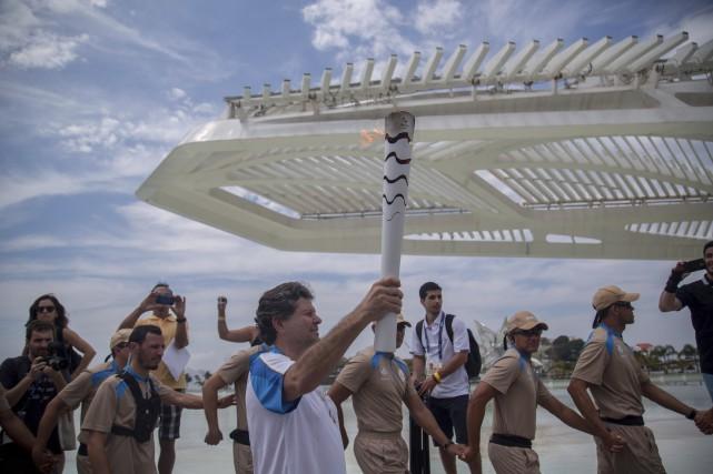 La torche olympique a repris la route en... (AP, Maura Pimentel)
