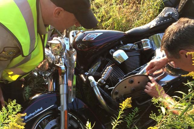 Des policiers ont inspecté la moto de Donald...