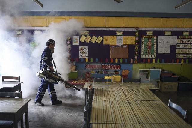 Une opération de fumigation dans une classe de... (AFP)