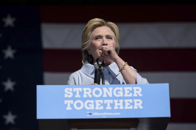 Hillary Clinton, prise d'une violente toux lors d'un... (AFP, Brendan Smialowski)