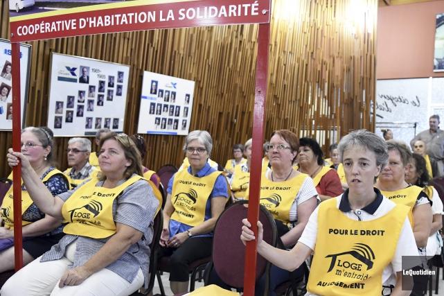 Plus d'une vingtaine de militants de Loge m'entraide... (Photo Le Quotidien, Mariane L. St-Gelais)