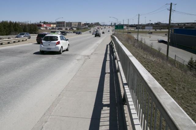 Le projet de passerelle cyclable sur le boulevard... (Archives, La Tribune)