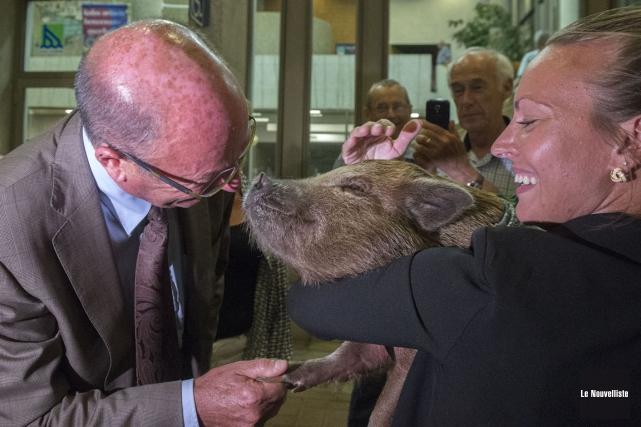 Le maire Yves Lévesque est sorti à l'extérieur... (Stéphane Lessard, Le Nouvelliste)
