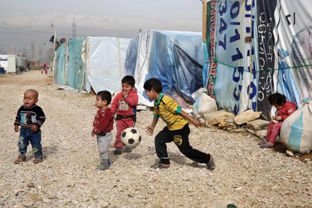 Des enfants syriens jouent dans un camp de... (photo Bilal Hussein, archives AP)