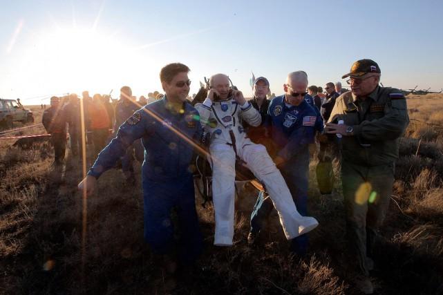L'astronaute Jeff Williams est transporté peu après son... (Photo Maxim Shipenkov, AP)