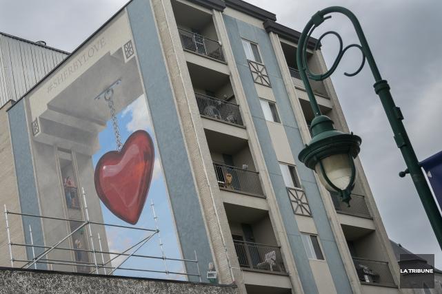 Après la controverse qu'elle a suscitée, la murale #Sherbylove, située sur la... (Archives La Tribune, Marie-Lou Béland)