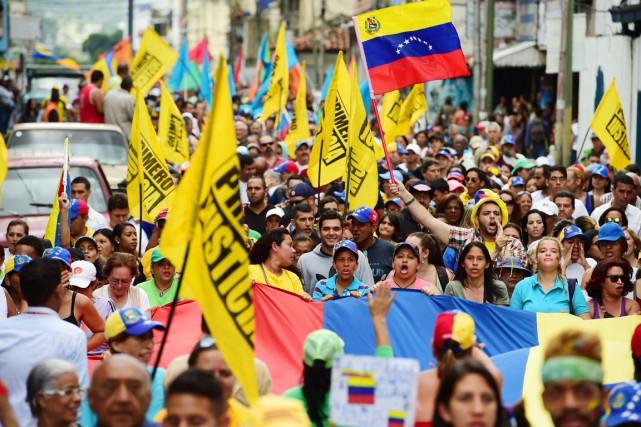 Des militants opposés au gouvernement Maduro manifestent à... (PHOTO RONALDO SCHEMIDT, AFP)