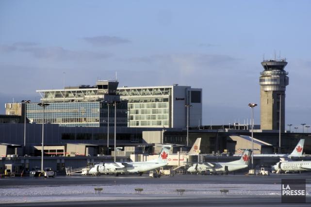 Des avions d'Air Canada à l'aéroport Pierre E.... (Photothèque La Presse, Bernard Brault)