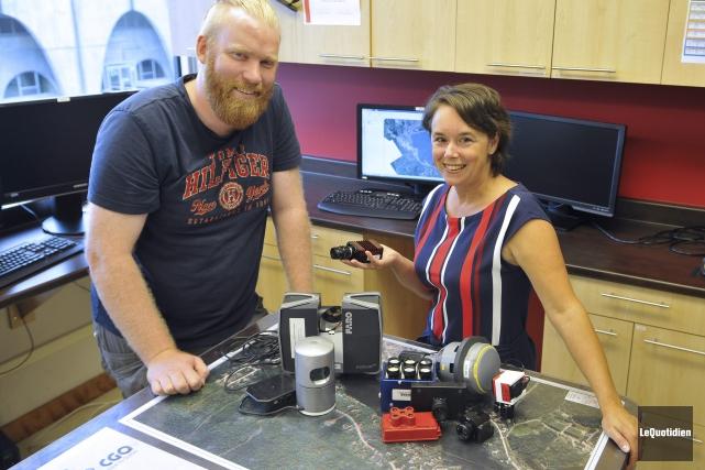 Le technicien Jean-Maurice Marcotte et la directrice générale... (Photo Le Quotidien, Rocket Lavoie)