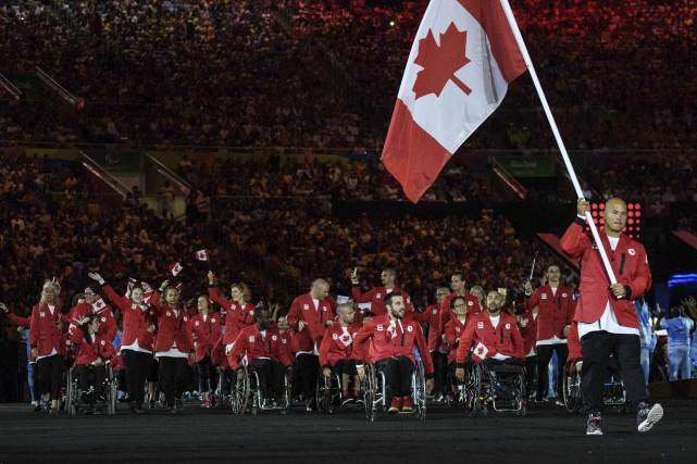 Les membres de la délégation canadienne entrent dans... (AFP)
