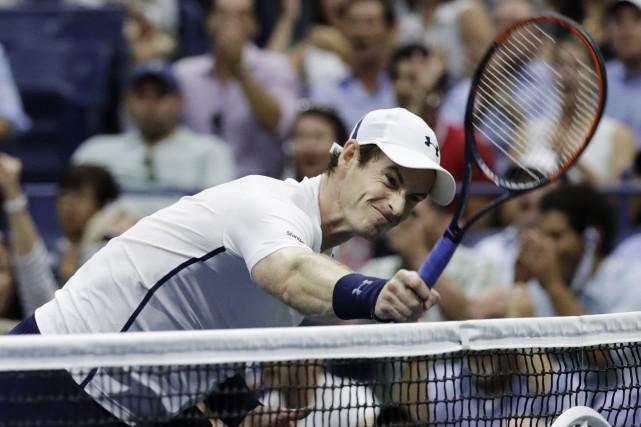 Andy Murray a frappé sa raquette contre le... (AP)