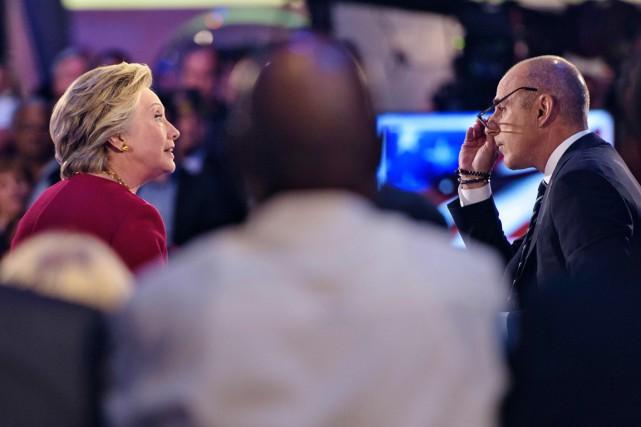 Matt Lauer (à droite) écoute Hillary Clinton, lors... (photo Brendan Smialowski, AFP)